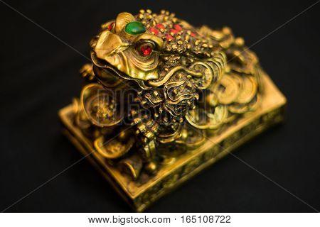animal Figurine a toad for money bronze asia, un, unfocused