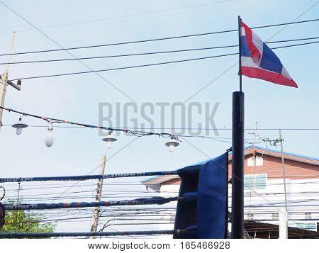 บรรยากาศ ในวัน มี มวย ตอนเช้า ภาพ ธงชาติไ