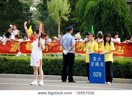Inner Mongolia, China - 10 de julio: Un antorcha portador durante el relevo de la antorcha olímpica de Beijing 2008