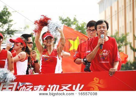 Inner Mongolia, China - 10 de julio: Chino celebra durante el relevo de la antorcha olímpica de Beijing 20