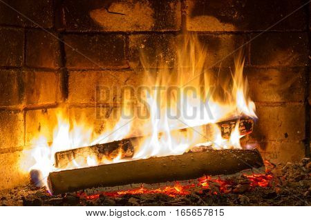 Burning firewood in the fireplace close up. Foto