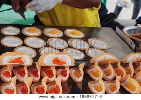 Making crispy pancake is delicious in market