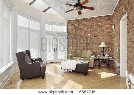 Familienzimmer mit Ziegelmauer