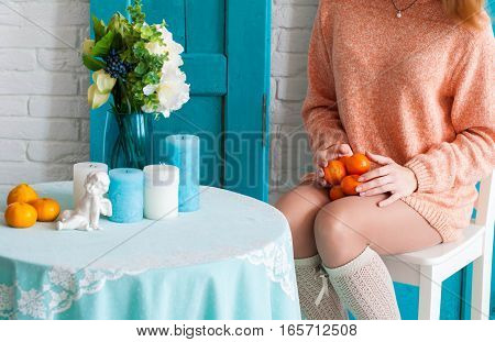 Mandarins in the hands of a young girl
