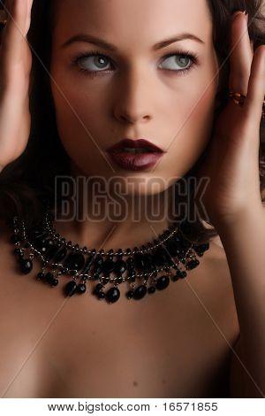 Ювелирные изделия и салон красоты. Фото искусства моды
