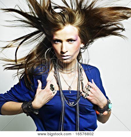 Красивая девушка с бижутерия. Мода фото. Красота и стиль