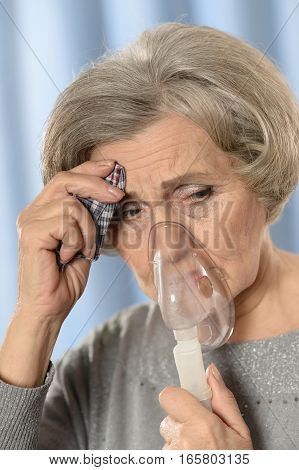 woman feel herself bad, using oxygen mask