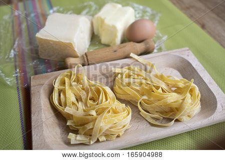 ingredients and utensils to prepare fettuccine alfredo