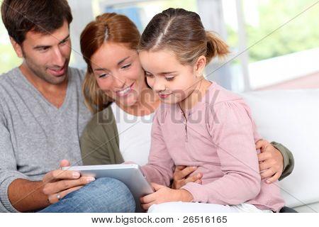 Familie zu Hause verwenden elektronische tablet