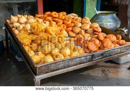 Cuttack, Odisha, India - 24th July 2019 : Piiyaji, Bara, Aloo Chop Etc, Are Being Sold By Cart Pulle