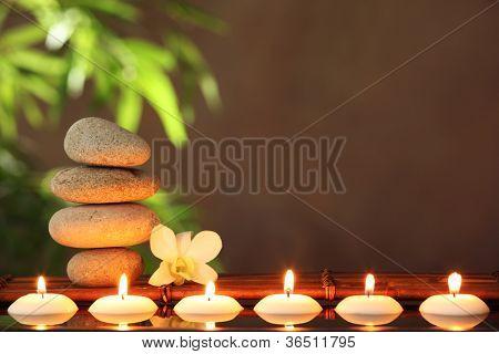 Pilha de pedras de zen e velas aromáticas na tabela, conceito de Zen.