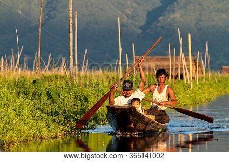 Inle Lake, Myanmar - Nov 08, 2019: Burmese People On Inle Lake In Shan State, Myanmar Former Burma.