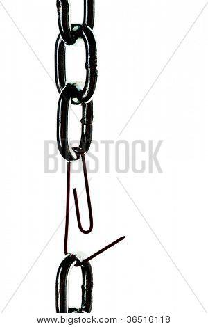 cadena de acero defectuoso se mantiene unido por un clip de papel