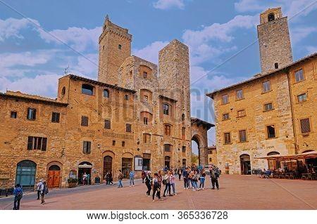 San Gimignano, Tuscany, Italy, April 02, 2019: Tourists At The Famous Piazza Della Cisterna Square I