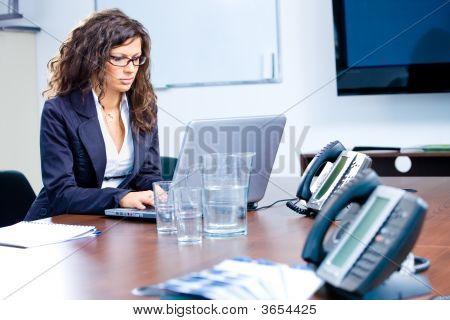 geschäftsfrau arbeiten auf laptop
