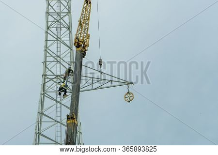 Use Crane To Lift The Light Bulbs To Repair The Light Pole
