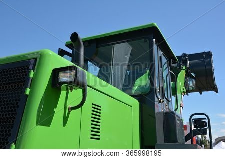 New Green Bulldozer Cabin With Exhaust Pipe Stake, Diesel Motor Compartment, Headlights And Loader B
