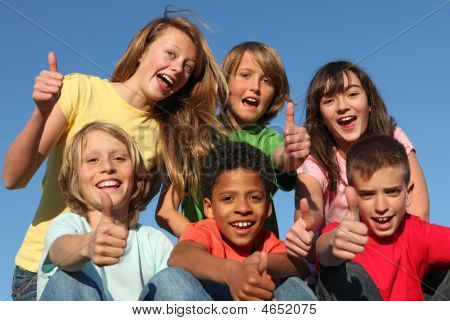 Gruppo di bambini o ragazzi diversi