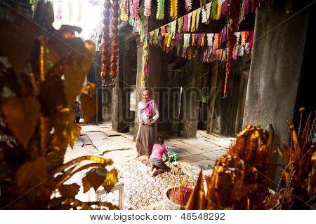 SIEM REAP, Kambodža - DEC 13: Hinduistické Brahmin v antické ruiny Ta Prohm v Angkor Wat, prosinec