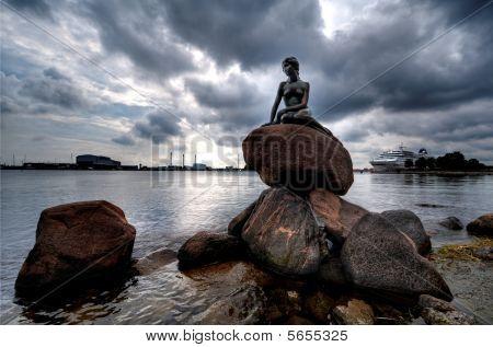Statue von die kleine Meerjungfrau in Kopenhagen