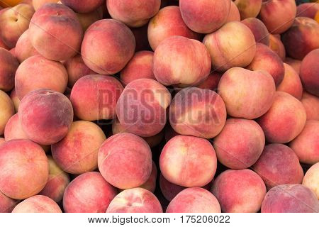juicy red peaches lie on a pile