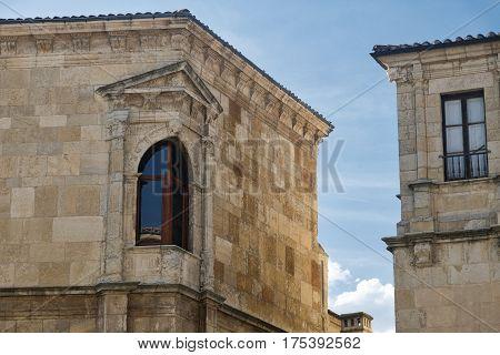 Leon (Castilla y Leon Spain): historic buildings in Calle Regidores with a typical window at corner