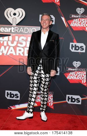 LOS ANGELES - MAR 5:  Elvis Duran at the 2017 iHeart Music Awards at Forum on March 5, 2017 in Los Angeles, CA