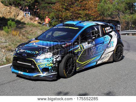 OVADA ITALIA-OTTOBRE 30 2016 - Rally Della Lanterna : la Ford Fiesta n. 1 condotta dall'equipaggio Miele-Mometti durante il rally che poi vincera'.La gara era valida per la Coppa Italia Rally 2016.