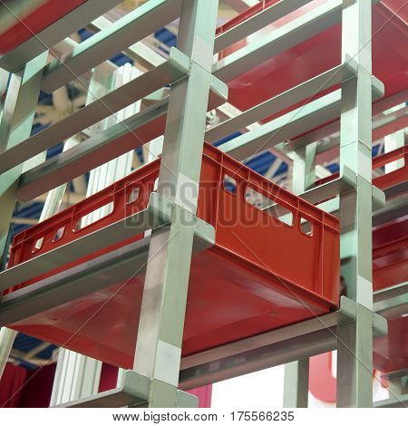 conveyor for storage of plastic boxes