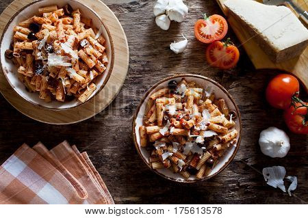 Rigatoni With Tomato Sauce And Olives