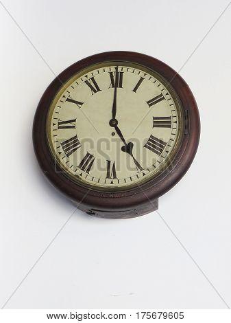 Antigo relógio de parede,oval,de estação de trem, com números romanos