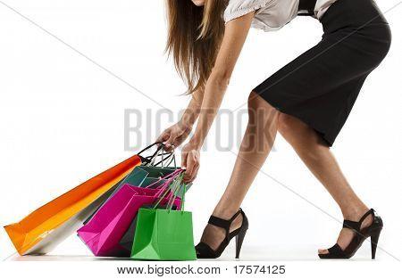 Hermosa mujer elegante tirando bolsas