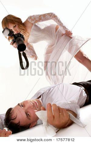 Braut nehmen Bild von ihrem Bräutigam Handauflegen Boden