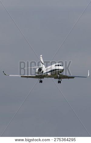 Farnborough, Uk - July 18, 2014: Dassault Falcon 2000lx Business Jet Aircraft Ph-cth Landing At Farn