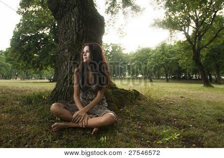 Pura, natural, hermosa mujer joven en la naturaleza, sentado bajo un árbol. Tomado de Lipica, Eslovenia. Con
