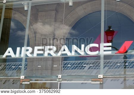 Bordeaux , Aquitaine / France - 07 05 2020 : Air France Logo Sign Of French Agency To Flag Carrier C