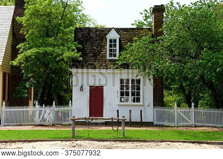 Williamsburg, Virginia, U.s.a - June 30, 2020 - A Small Colonial House On The Street