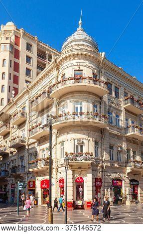 Baku, Azerbaijan - September 14, 2016: Nizami Street Is A Large Pedestrian And Shopping Street In Do