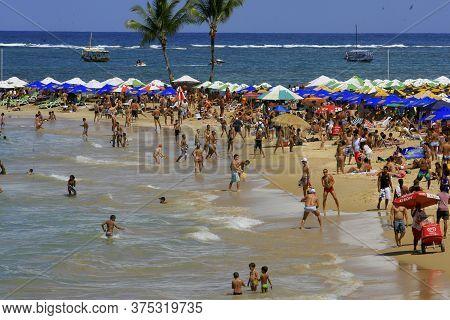 Cairu, Bahia / Brazil - November 14, 2013: Tourists Enjoy The Beauty Of Segunda Beach In Morro De Sa