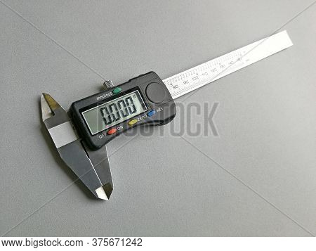 Digital Caliper With Display Set To Measure In Inches, Image