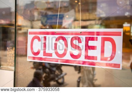 Closed Signage Board In Front Of Businesses Or Store Door Due Covid-19 Or Coronavirus Outbreak - Con