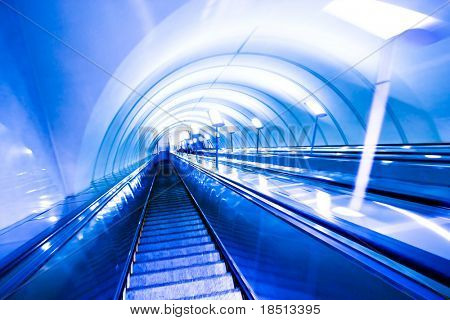 Blau verschieben Rolltreppe in modernen Bürozentrum
