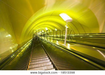 Gelb verschieben Rolltreppe in modernen Bürozentrum