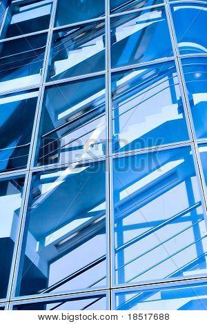 Blaue Treppe im modernen Office center