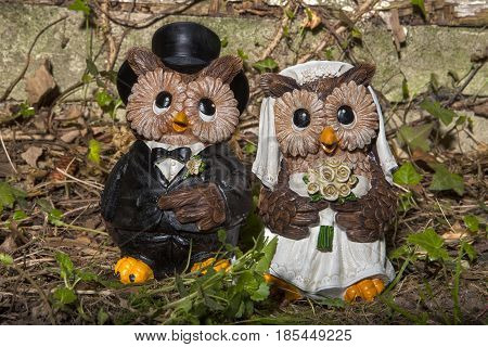 An owl bride and groom garden statue decoration