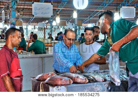 Bandar Abbas Hormozgan Province Iran - 16 april 2017: The Iranian buys fish in the fish market.