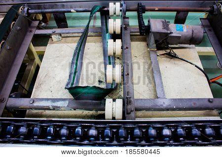 The conveyor chain and Conveyor belt damaged.