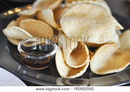 crisp rice , crisp rice-cakes (Thai snack)