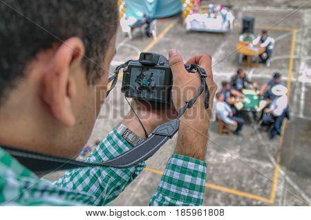 la fotografía creativa del fotógrafo tomando una foto.