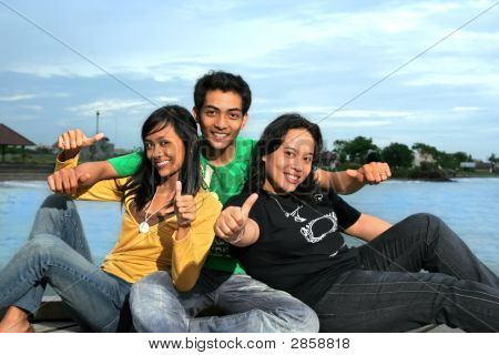 Drei Völker mit Tumb Up